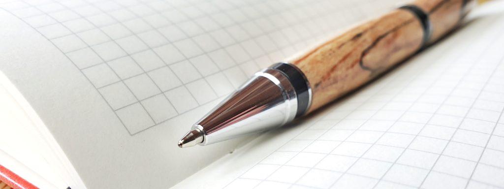 Notizbuch und Kugelschreiber